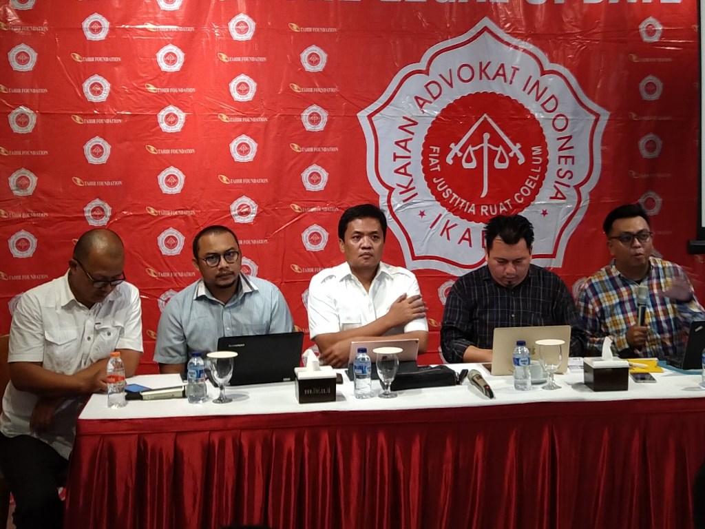 Anggota Direktorat Hukum BPN Prabowo Subianto-Sandiaga Uno, Habiburokhman (tengah). Foto: Medcom.id/Ilham Wibowo.