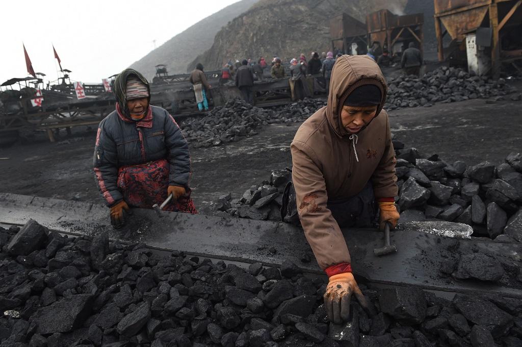 Pekerja menyortir batu bara di sebuah tambang di Datong, Tiongkok, 20 November 2015. (Foto: AFP/GREG BAKER)