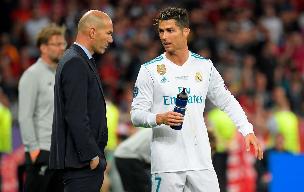 Momen saat Zinedine Zidane berdiskusi dengan Cristiano Ronaldo dalam pertandingan Real Madrid (Foto: AFP/Lluis Gene)