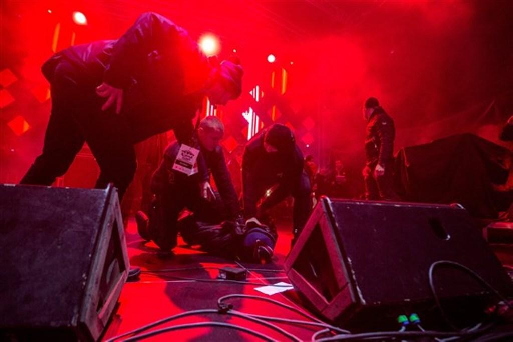 Pelaku diringkus polisi di atas panggung. (Foto: AFP)