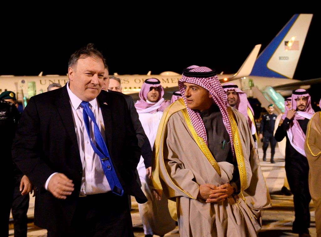Menlu AS Mike Pompeo (kiri) ketika tiba di Riyadh dan disambut oleh Menteri Negara Urusan Luar Negeri Arab Saudi Adel al-Jubeir. (Foto: AFP)