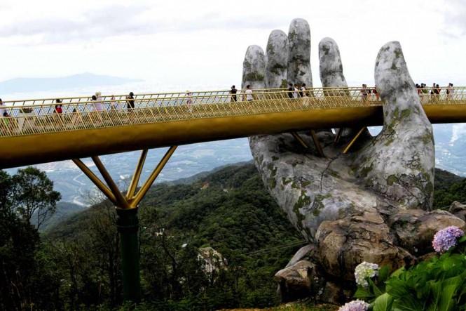 Jembatan Emas, salah satu tempat wisata di Vietnam yang berlokasi di  Ba Na Hills dekat Da Nang. (Foto: AFP)