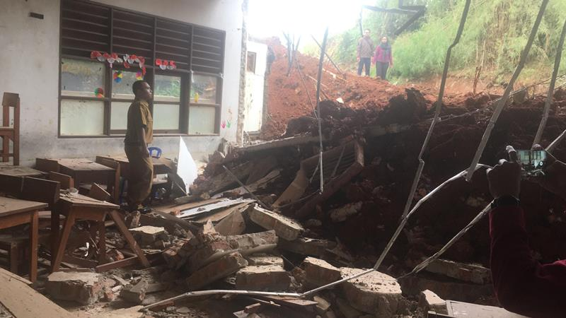 Pihak sekolah memantau lokasi bangunan sekolah yang rusak akibat ditabrak truk di Tangerang Selatan, Senin, 14 Januari 2019, Medcom.id - Farhan Dwitama.
