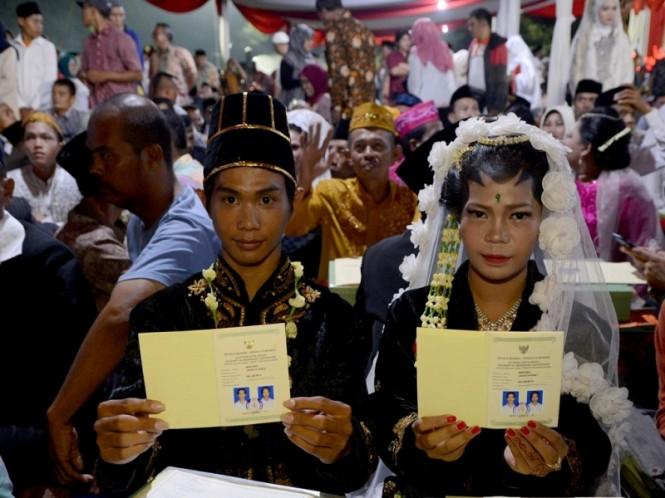 Pasangan calon pengantin mengucapkan ijab kabul didepan pengulu saat mengikuti nikah massal di area Park and Ride, Thamrin, Jakarta. Foto: MI/Susanto.