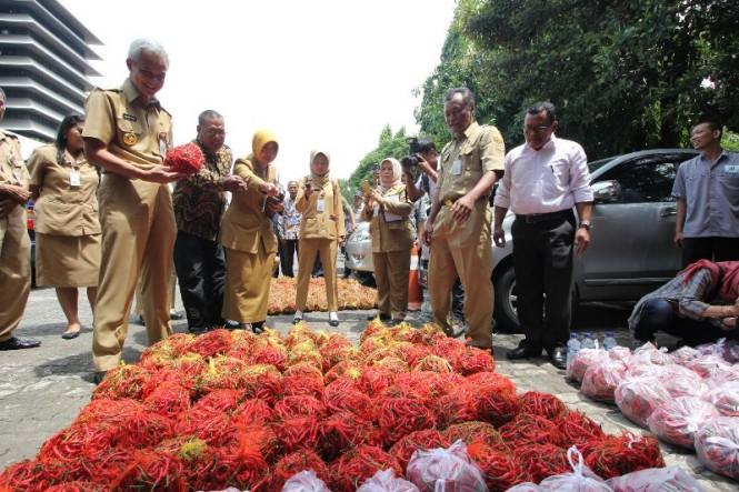 Pemerintah Provinsi Jawa Tengah melakukan intervensi atas merosotnya harga cabai di pasaran, Senin, 14 Januari 2019. Foto: Humas Pemprov Jateng.