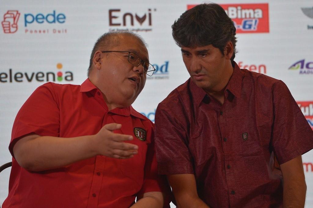 CEO Bali United, Yabes Tanuri (kiri), bersama pelatih Teco Cugurra (Antara/Nyoman Budhiana)