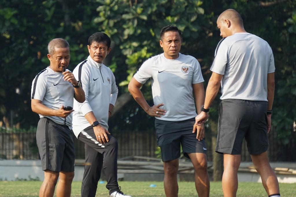 Indra Sjafri bersama staf kepelatihan Timnas U-22 di sela-sela sesi latihan untuk persiapan Piala AFF U-22 2019. (Foto: medcom.id/Kautsar Halim)