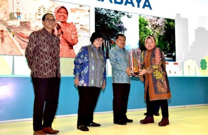 Wali Kota Surabaya Tri Rismaharini saat menerima tiga penghargaan dari Wakil Presiden Jusuf Kalla. (Dok: Pemkot Surabaya).
