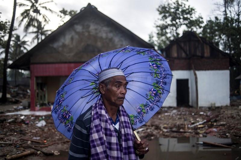 Penyintas tsunami Selat Sunda, Fatarai (63) berada di sisa bangunan rumahnya yang rusak diterjang tsunami di Sumur, Pandeglang, Banten, Kamis (3/1/2019). ANTARA FOTO/Sigid Kurniawan.
