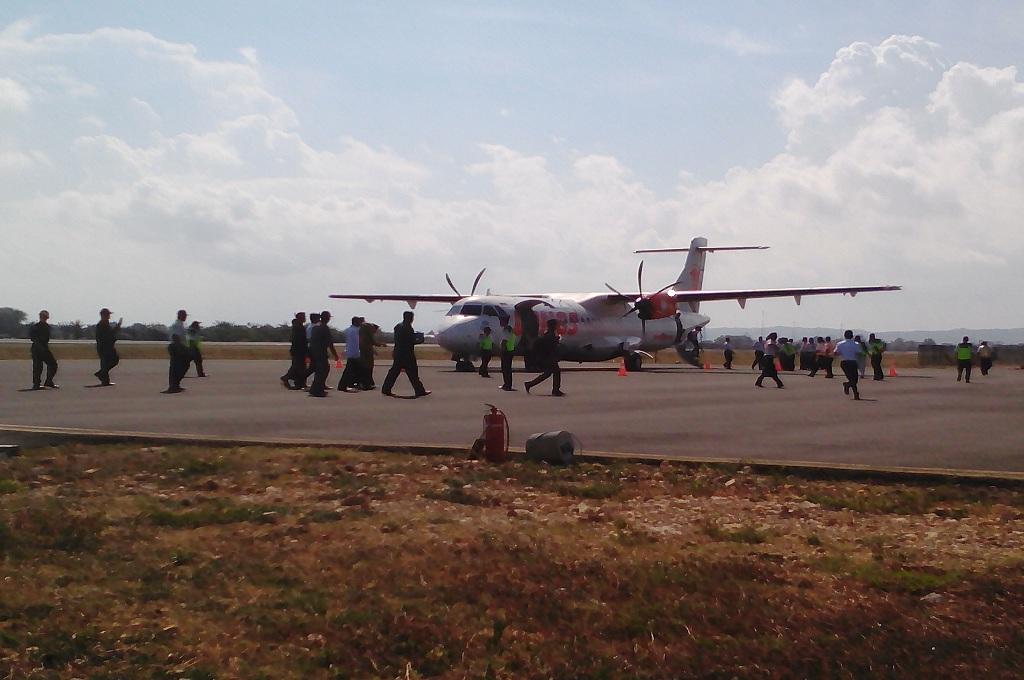 Penumpang berjalan ke arah pesawat di Bandara Trunojoyo Sumenep, Medcom.id - Rahmatullah