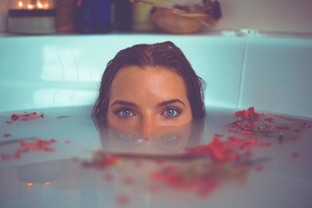 Dilansir dari People, berendam di air panas adalah salah satu contoh dari penerapan metode pemanasan pasif. (Foto: Ilustrasi. Dok. Timothy Dykes/Unsplash.com)