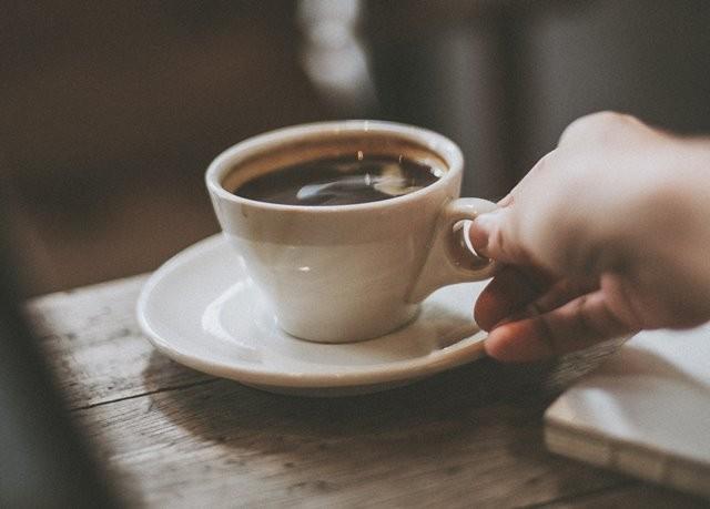 Anda disarankan membatasi mengonsumsi makanan dan minuman berkafein tinggi selama merencanakan kehamilan. (Foto: SnapbyThree MY/Unsplash.com)