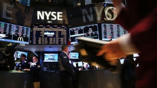 Pelemahan Saham Teknologi Picu Wall Street Ambruk