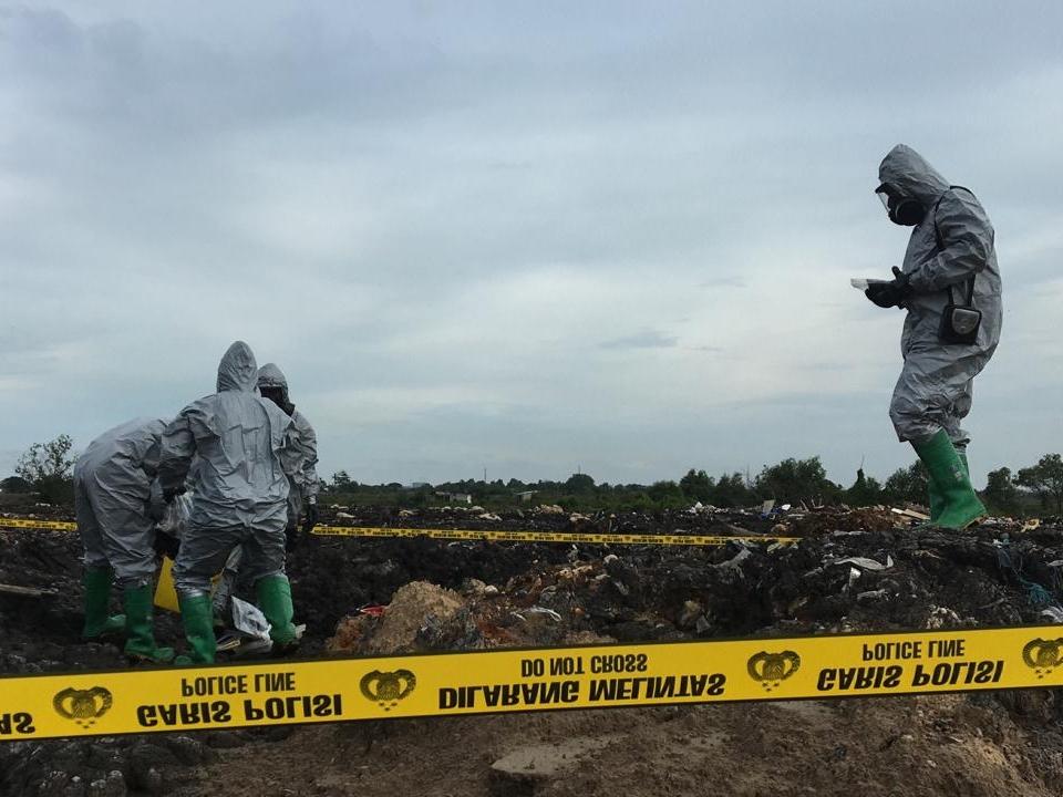 Sejumlah petugas tengah mengambil sampel limbah. Medcom.id/Antonio