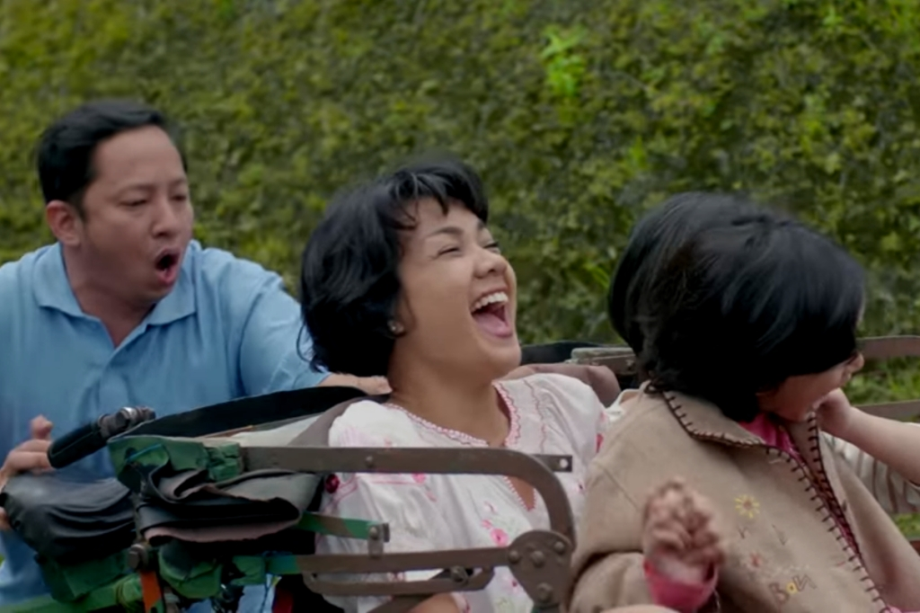 Nirina Zubir sebagai Emak dalam film Keluarga Cemara (Foto: Visinema Pictures)