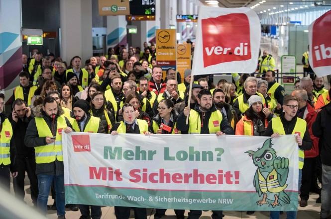 Puluhan anggota serikat pekerja keamanan Verdi berunjuk rasa di bandara Cologne, Jerman, 10 Januari 2019. (Foto: AFP/dpa/FEDERICO GAMBARINI)