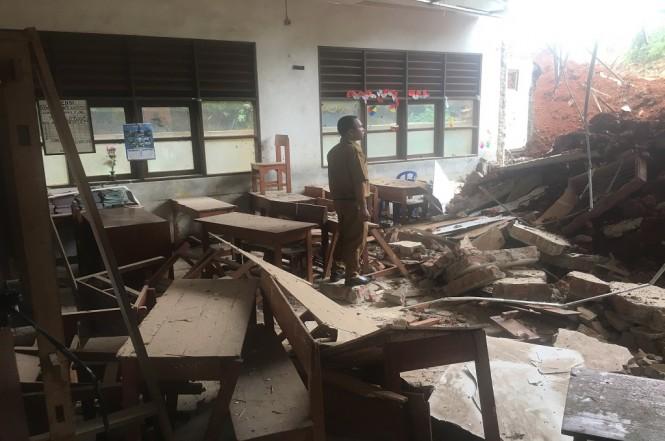 Seorang guru memantau ruang kelas yang dindingnya jebol tertabrak truk, Senin, 14 Januari 2019. Medcom.id - Farhan Dwi