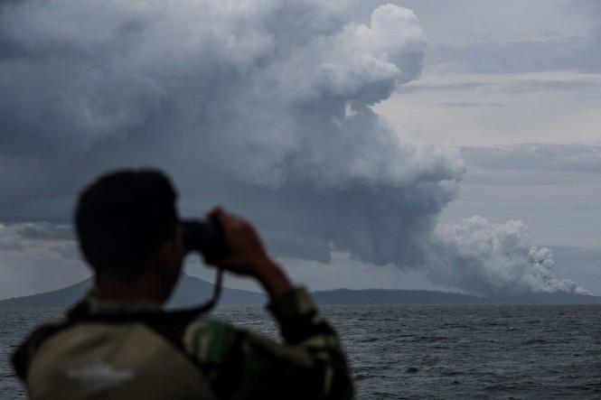 BK KRI Torani 860 meneropong proses erupsi Gunung Anak Krakatau saat berlayar di Selat Sunda, Lampung. (Foto: ANTARA/Sigid Kurniawan)