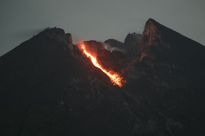 Guguran lava pijar Gunung Merapi terlihat dari Bukit Klangon, Cangkringan, Sleman, DI Yogyakarta, Selasa, 15 Januari 2019, dini hari. ANTARA FOTO/Hendra Nurdiyansyah