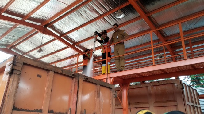 Gubernur DKI Jakarta Anies Baswedan melihat proses pencucian truk sampah - Medcom.id/Nur Azizah.