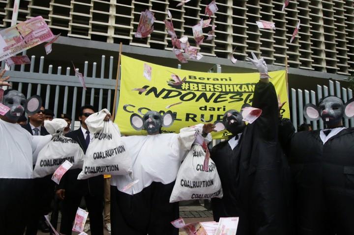 Aktivis Gelar Aksi Bersihkan Indonesia dari Korupsi Batubara