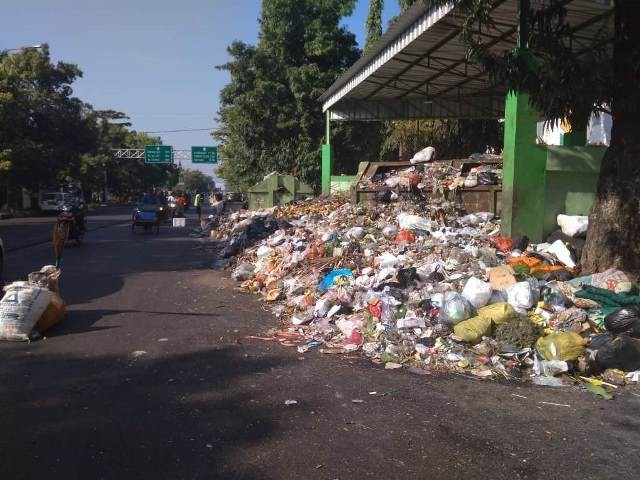 Ilustrasi sampah yang menumpuk di salah satu Tempat Pembuangan Sampah Sementara (TPSS) di Jalan Wahidin, Kota Cirebon, Senin (3/9). MEDIA INDONESIA Koresponden Fotografer: nurul.