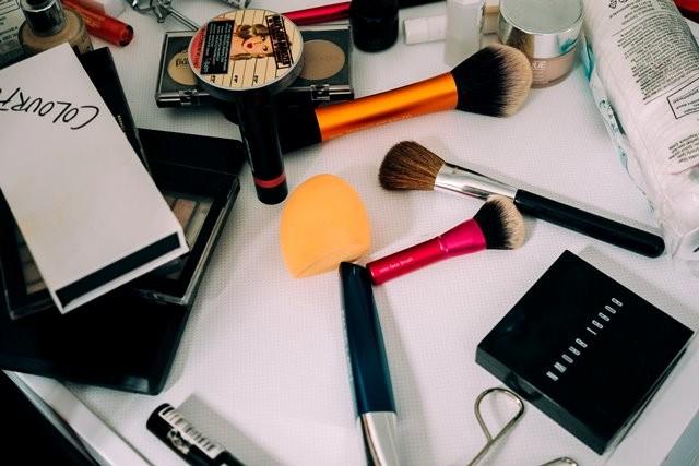 Jika merasa ribet membawa seperangkat alat make up saat melakukan plesiran, paling tidak meninggalkan jenis make up ini agar penampilan Anda tetap cantik. (Foto: Chelsea London Phillips/Unsplash.com)
