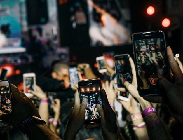 Dari lima platform populer, Instagram pada akhirnya terpilih sebagai aplikasi paling berbahaya bagi kesehatan mental kaum muda. (Foto: Gian Cescon/Unsplash.com)