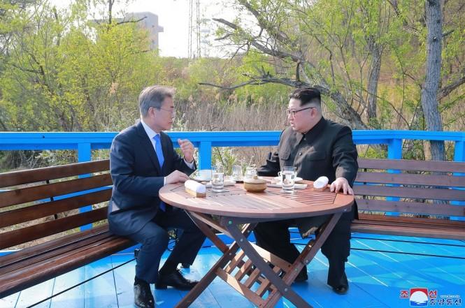 Presiden Korsel Moon Jae-in (kiri) bersama pemimpin Korut Kim Jong-un. (Foto: KCNA/AFP)