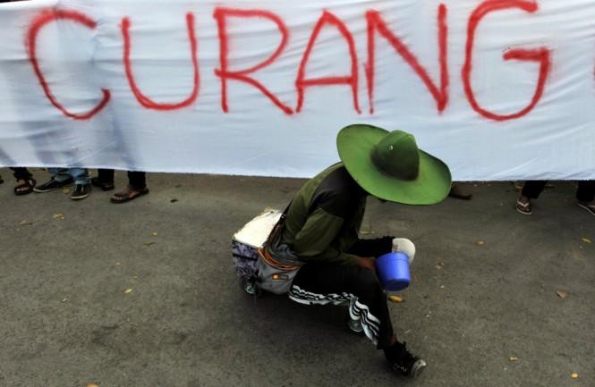 ILUSTRASI: Pengunjukrasa berdemo di depan kantor KPU Sulsel, Makassar, Rabu (16/7/2014)/ANTARA FOTO/Yusran Uccang.