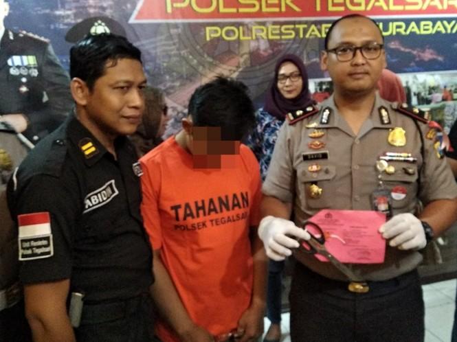 IRS, 23, (tengah) harus mempertanggungjawabkan perbuatannya dan mendekam di Mapolsek Tegalsari, Surabaya. Medcom.id/Syaikhul Hadi