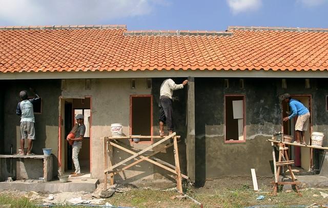 Kegiatan pembangunan rumah bersubsidi di Mrangen, Demak, Jawa Tengah. Antara Foto/Aji Setyawan