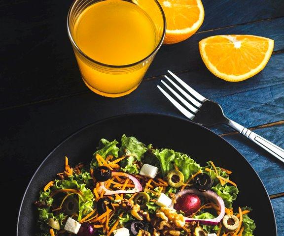 Masukan asupan serat dari sayur atau buah untuk menjaga tubuh Anda tetap sehat. (Foto: Eiliv-Sonas Aceron/Unsplash.com)