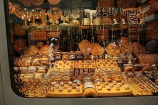 Emas Dunia Terhantam Penguatan Dolar AS
