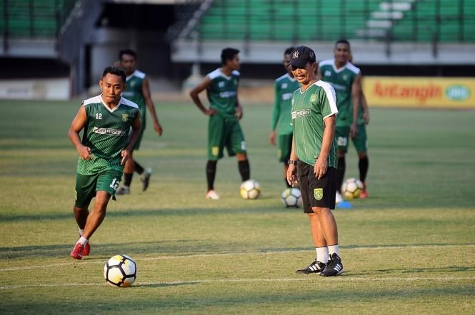 Pelatih kepala Persebaya Surabaya Djadjang Nurdjaman (kanan). (Foto: Antara/ M. Risyal Hidayat)