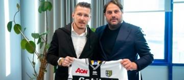 Juraj Kucka (kiri) resmi berseragam Parma (parmacalcio1913.com)