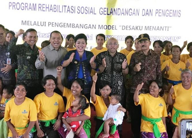 Kemensos memberikan bantuan tempat tinggal dan modal usaha kepada 195 orang mantan gelandangan dan pengemis di Karangasem, Bali, senilai Rp2,3 miliar (Foto:Dok)