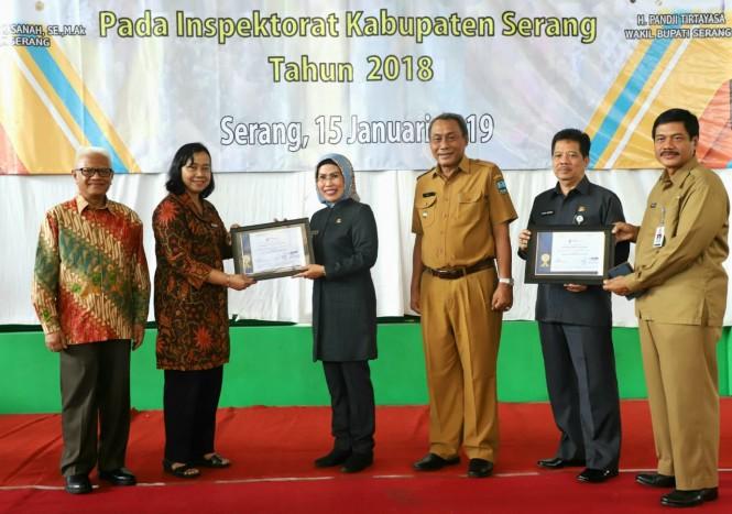 upati Serang Ratu Tatu Chasanah saat menerima penghargaan. Istimewa