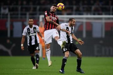 Suasana AC Milan Juventus. (Foto: AFP/Marco Bertorello)