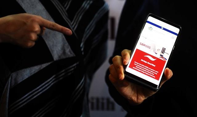 Aplikasi informasi Savings Bond Ritel (SBR) seri SBR005 dalam peluncuran Surat Utang Negara (SUN) ritel kepada investor individu secara daring pada 10 Januari 2019. Minimum pemesanan mulai Rp 1 juta dan maksimal Rp 3 miliar. Antara Foto/Wahyu Putro A