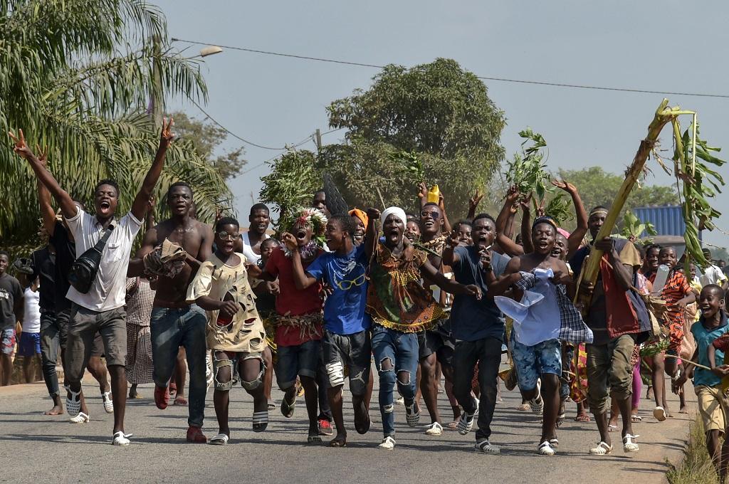Warga Pantai Gading bersorak usai mengetahui ICC telah memerintahkan pembebasan mantan presiden Laurent Gbagbo, 15 Januari 2019. (Foto: AFP/SIA KAMBOU)