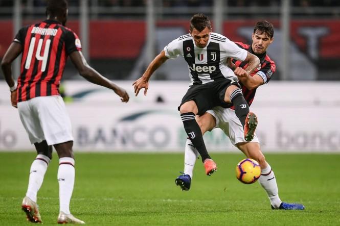 Mario Mandzukic ditempel ketat Alessio Romagnoli saat Juve mengalahkan Milan 2-0 di San Siro pada laga Serie A musim 2018-2019. (Foto: Marco BERTORELLO / AFP)