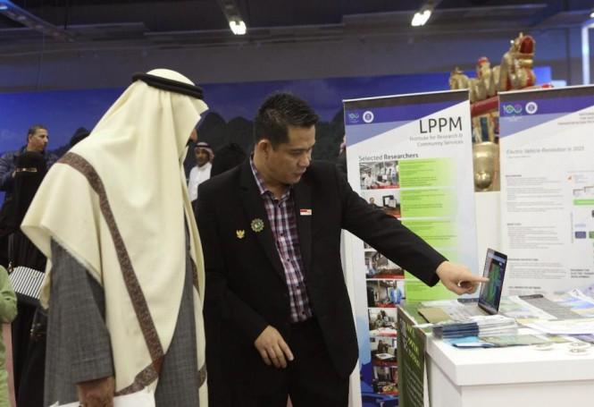 Dosen Sains Atmosfer di Fakultas Ilmu dan Teknologi Kebumian ITB, Armi Susandi saat memperkenalkan alat pendeteksi badai di Festival Janadriyah, dokumantasi Armi Suandi.
