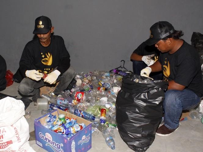 Ilustrasi warga sekitar yang juga nasabah memilah sampah botol plastik di bank sampah. MI/Barry Fathahilah