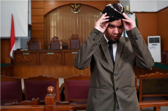 Terdakwa kasus ujaran kebencian Ahmad Dhani bersiap menjalani sidang tuntutan di Pengadilan Negeri Jakarta Selatan, Senin (19/11/2018). ANTARA FOTO/Sigid Kurniawan.