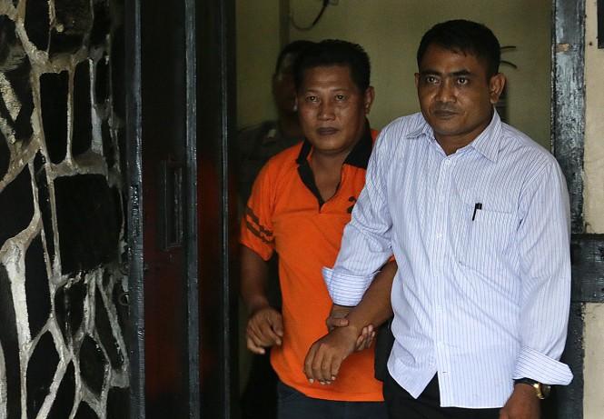 Tersangka kasus pungli dana rekonstruksi masjid pascagempa yang merupakan Kasubag Tata Usaha Kemenag Lombok Barat berinisial IK menutupi mukanya saat dihadirkan dalam jumpa pers di Mapolres Mataram, NTB.