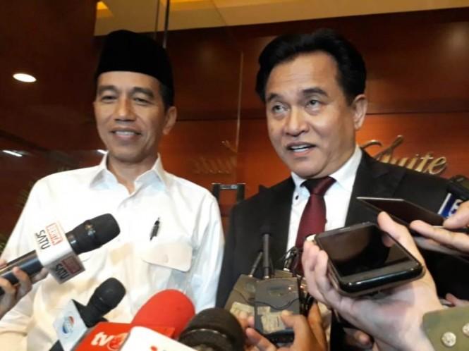 Calon presiden nomor urut 01 Joko Widodo (kiri) dan Ketua Umum Partai Bulan Bintang (PBB) Yusril Ihza Mahendra (kanan) di Ballroom Djakarta Theatre, Thamrin, Jakarta Pusat. Foto: Medcom.id/Damar Iradat.