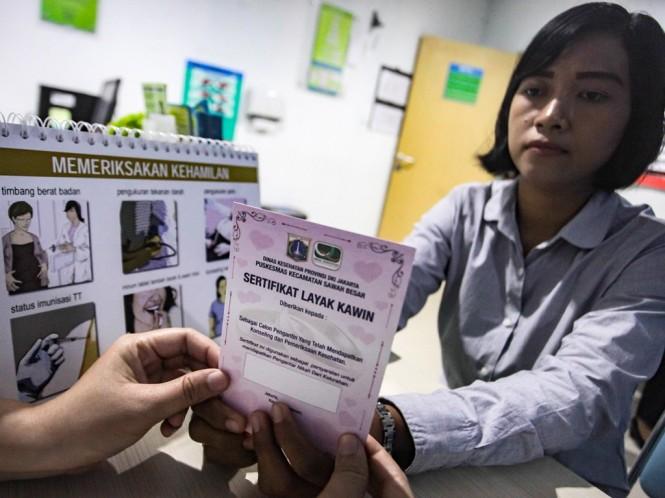 Calon pengantin mengikuti konseling dan pemeriksaan kesehatan untuk membuat sertifikat layak kawin oleh petugas Puskesmas. Foto: Antara/Muhammad Adimaja.