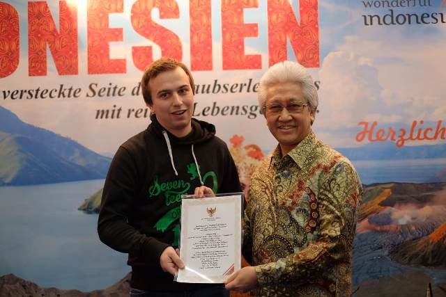 Pemuda dari Niederosterreich, Austria memenangkan hadiah utama berupa tiket PP Austria/Jakarta yang dipersembahkan oleh Duta Besar RI Wina dalam gelaran acara FMW 2019. (Foto: Dok. KBRI Wina)