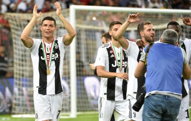 Cristiano Ronaldo (kiri) bersama para pemain Juventus lainnya merayakan keberhasilan mereka menjadi juara Piala Super Italia 2018 (Foto: AFP/Fayez Nureldine)